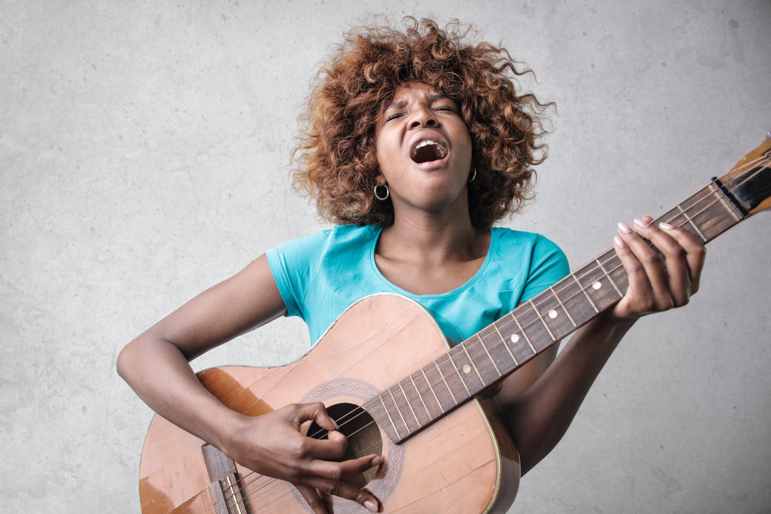 Peut-on apprendre à chanter et jouer de la musique en même temps ?